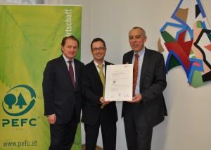 Die Verleihung des PEFC-Zertifikats an Lenzing Papier v.l.n.r.: DI Hans Grieshofer (PEFC Austria), Bernd Wechsler (Lenzing Papier), Dr. Manfred Brandstätter (Holzforschung Austria) (c) PEFC Austria