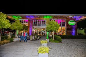 Das farbig beleuchtete Forst-Kompetenzzentrum sorgt für eine besondere Atmosphäre bei der Unterreiner-Night. Bild: Unterreiner GmbH