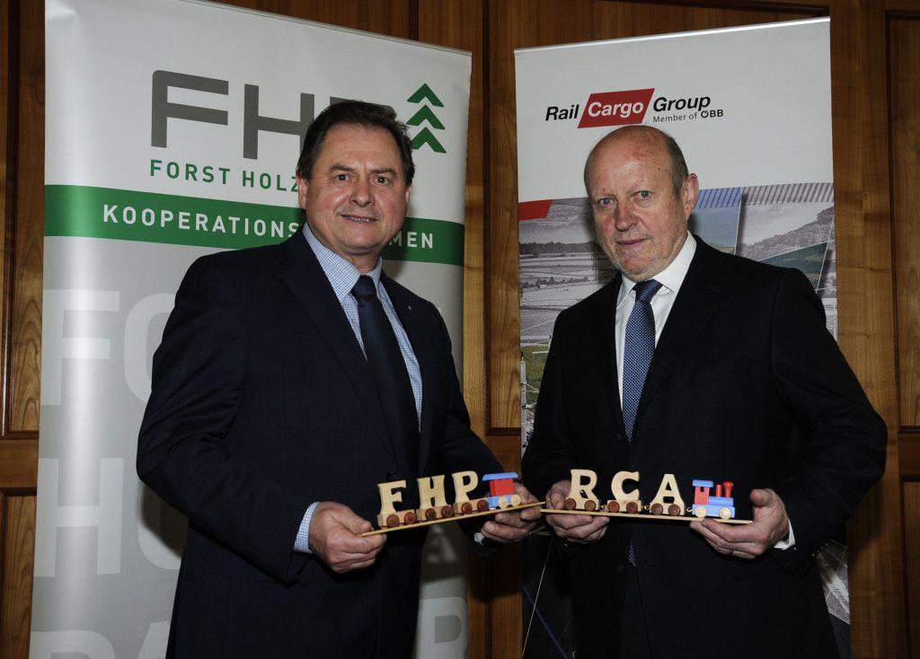 """FHP-Vorsitzenden Rudolf Rosenstatter und RCA-Vorstandsdirektor Ferdinand Schmidt haben das Ergebnis gestern in Salzburg """"besiegelt"""" (Foto: Dürnberger/LK Salzburg)."""